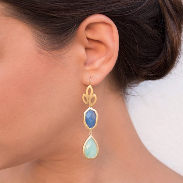 pendientes-girl-about-town-color-azul-claro-pepitas-de-oro-modelo